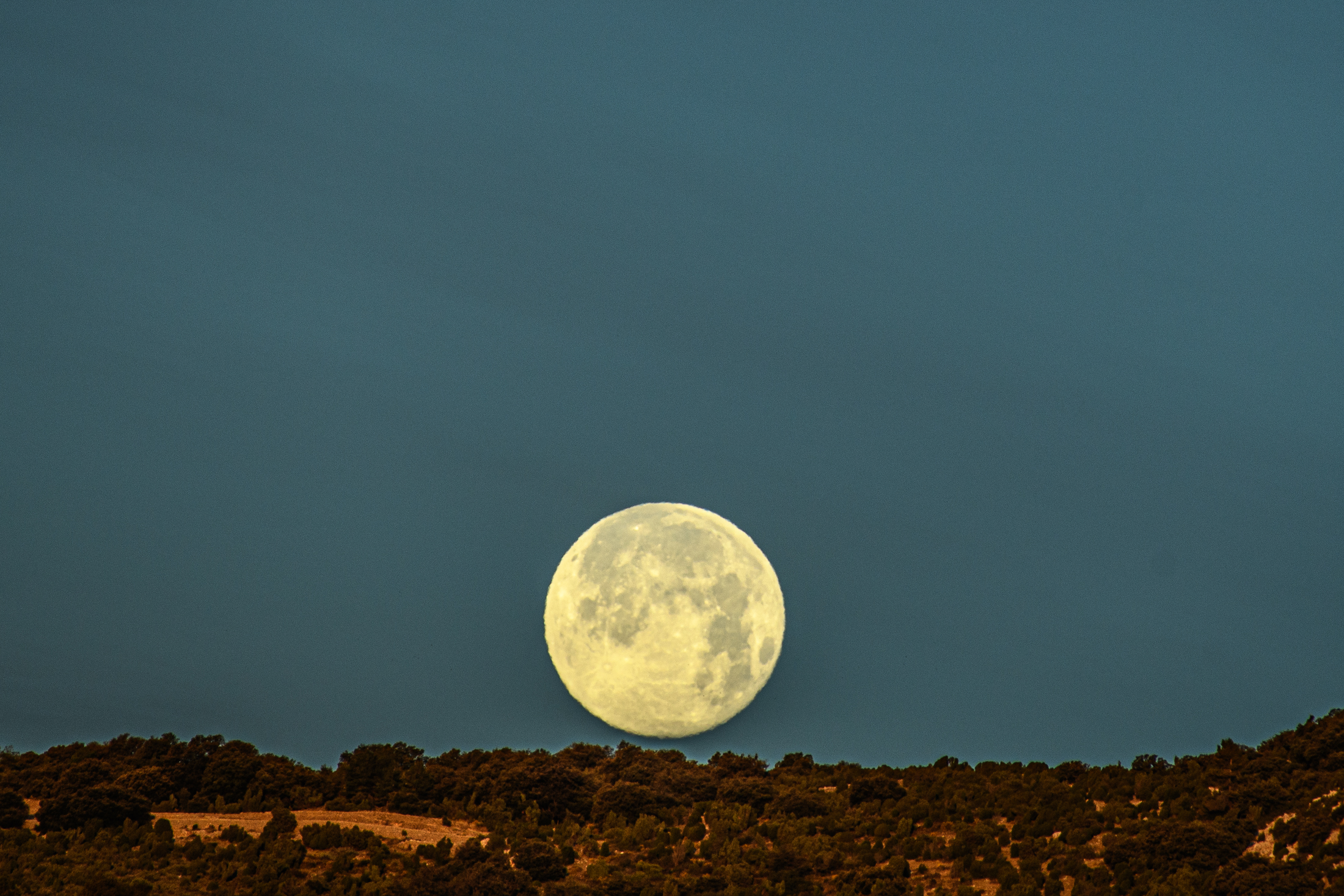 Full moon early morning, El Maestrat, march 2020
