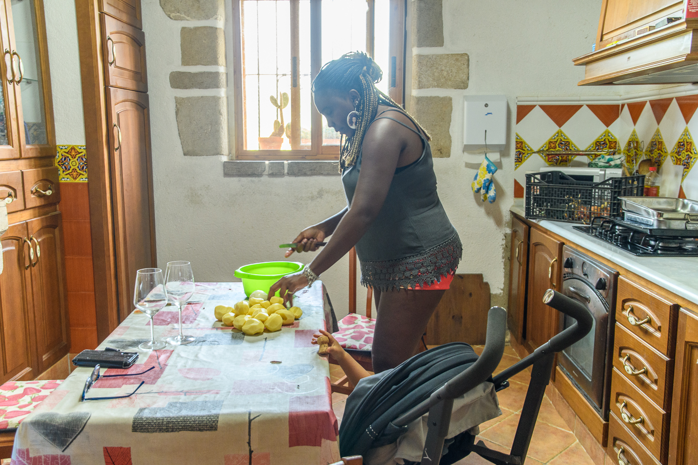 Preparing a meal to cope with the heat, El Maestrat